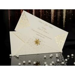 Invitatie de nunta eleganta cu model auriu si accesoriu florare 15009-b
