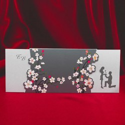 Invitatie de nunta eleganta cu indragostiti si flori de cires 138