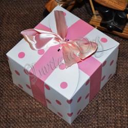 Cutiuta pentru prajituri alb cu buline roz